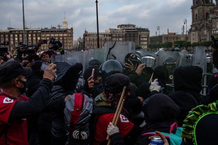 Mujeres se manifestaron frente a Palacio Nacional para exigir la investigación a Félix Salgado Macedonio por las denuncias de supuesto abuso sexual.