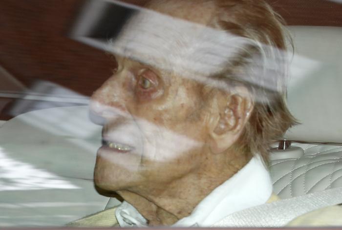 El príncipe Felipe de Inglaterra sale del Hospital Rey Eduardo VII en la parte trasera de un auto, en Londres, el martes 16 de marzo de 2021. El esposo de la reina Isabel II, de 99 años, estuvo hospitalizado para una intervención de corazón.