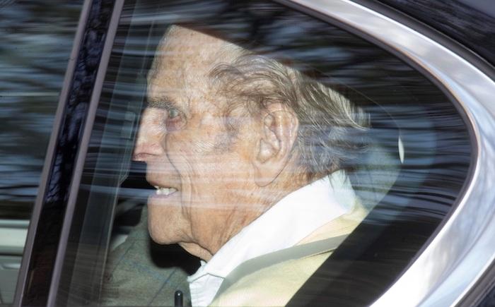 El príncipe Felipe, esposo de la reina Isabel II, recibió este martes el alta médica y abandonó el hospital privado King Edward VII, en el centro de Londres, tras haber permanecido ingresado durante veintiocho días.
