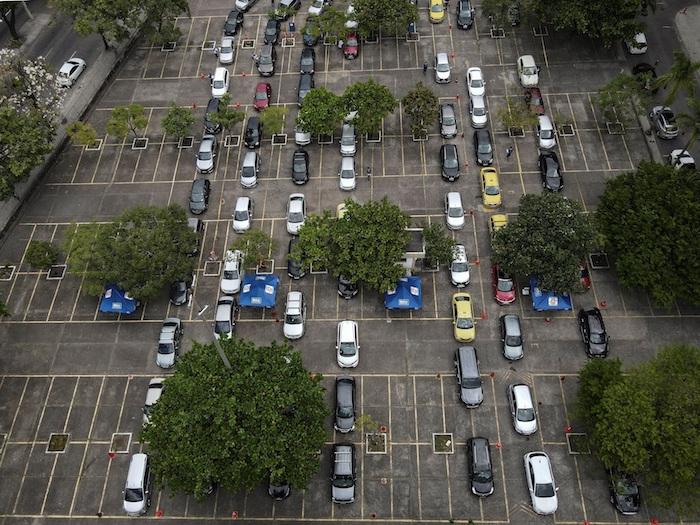 Fotografía tomada con dron que muestra la fila de automóviles que llevan adultos mayores a recibir una dosis de la vacuna CoronaVac contra la COVID-19 durante una jornada de vacunación para adultos mayores en un Drive-Thru, en Río de Janeiro (Brasil).