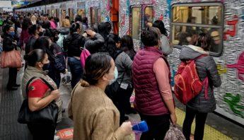 Gente espera formada al Metro de la CdMx