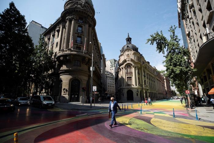 Un hombre camina hoy, frente a la Bolsa de Santiago (Chile).