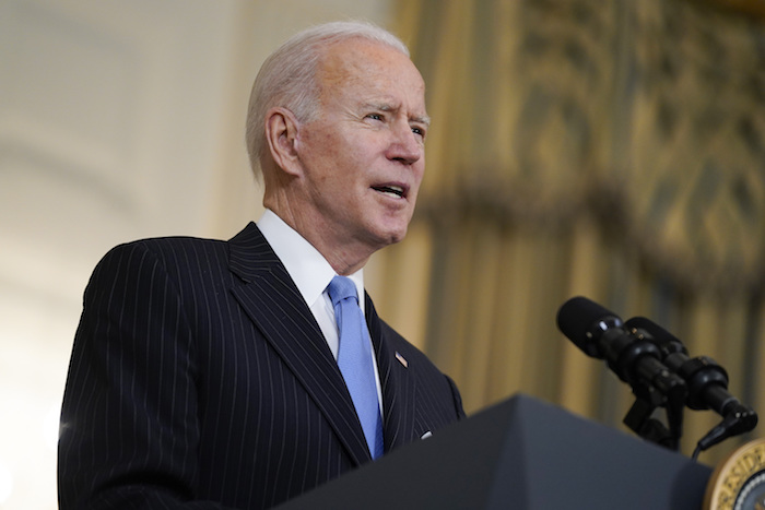 El Presidente Joe Biden habla sobre las labores para combatir a la COVID-19, el martes 2 de marzo de 2021, en la Casa Blanca, en Washington.