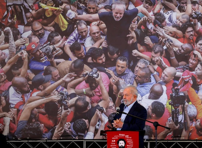 El expresidente brasileño Luiz Inácio Lula da Silva (c) se prepara para dar inicio a su intervención pública hoy, en Sao Bernardo do Campo (Brasil).