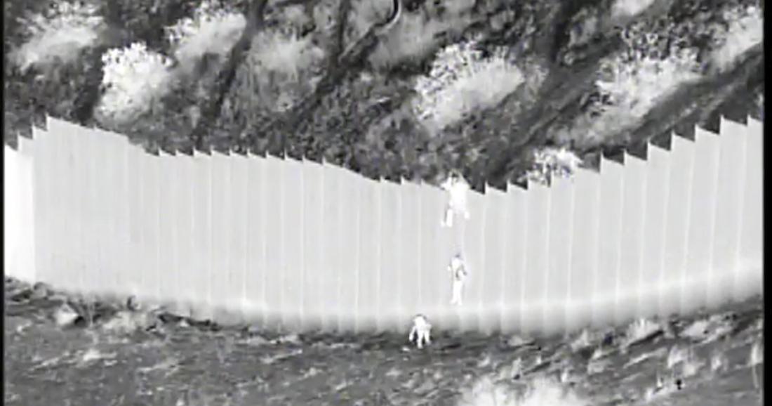 migrantes nincc83os - Los padres de las niñas de 3 y 5 años lanzadas desde el muro froterizo viven en EU: Cancillería de Ecuador