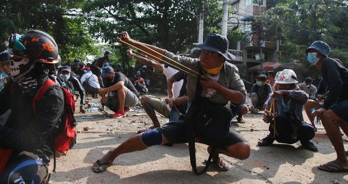 myanmar1 - Soldados de Myanmar disparan contra asistentes al funeral de un joven fallecido durante protestas