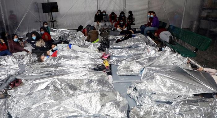 Fotografía del 17 de marzo cedida por la Oficina de Aduanas y Protección de Fronteras (CBP) donde se muestra a un grupo de niños acostados dentro de una de las carpas de la Patrulla Fronteriza en las instalaciones de procesamiento temporal en Donna, Texas.