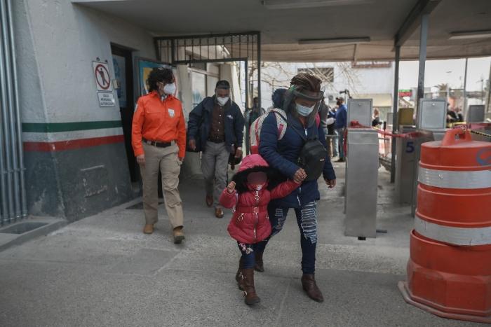 """ninos - Decenas de miles son deportados por EU y otros llegan del sur. Es la """"frontera del caso"""" de Biden"""