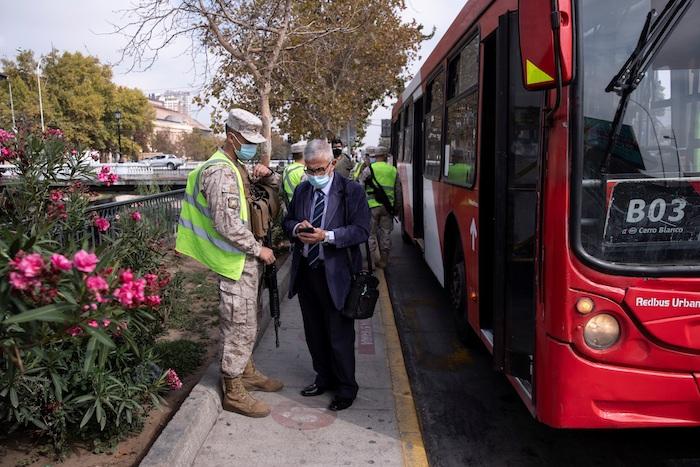 Un grupo de militares realiza controles de identidad y de circulación en la comuna de Independencia hoy, en Santiago (Chile).