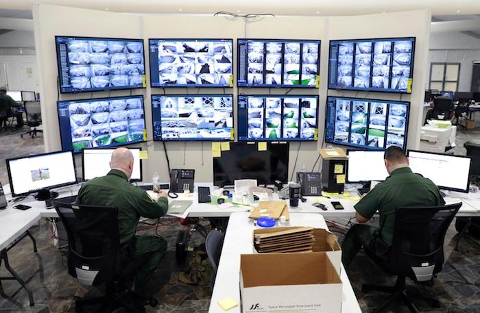 Fotografía del 17 de marzo cedida por la Oficina de Aduanas y Protección de Fronteras (CBP) donde se muestra la sala de control en las instalaciones de procesamiento temporal en Donna, Texas.