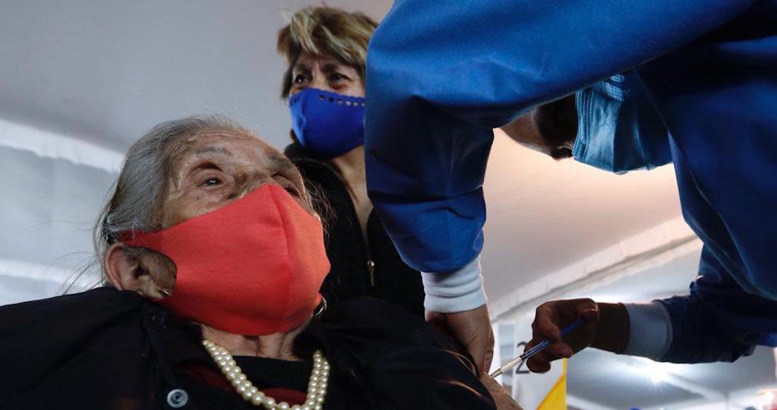 vacunada - VIDEO: Una mujer policía de Neza explica con lenguaje de señas a una abuelita cómo la vacunarán
