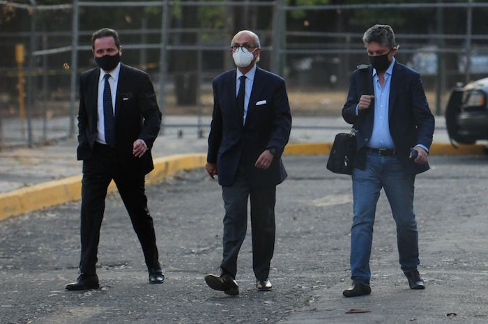 Abogados de Alonso Ancira salen del Reclusorio Norte luego de acordar la libertad de su cliente.
