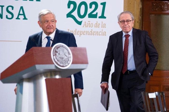 El Presidente Andrés Manuel López Obrador durante su arribo a la conferencia de prensa en Palacio Nacional.