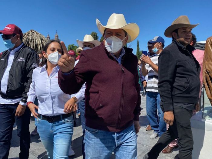 "David Monreal Ávila, candidato a Gobernador por la coalición ""Juntos Haremos Historia"", saluda a simpatizantes en Jerez, Zacatecas."