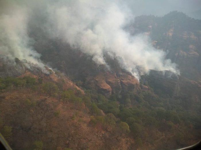 ey4gq57wqac 1er 1 - FOTOS: Autoridades usan helicópteros para tratar de sofocar el incendio en Tepoztlán, Morelos