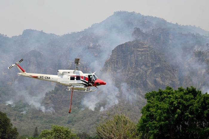 ey5tu94weaedepo 1 - FOTOS: Autoridades usan helicópteros para tratar de sofocar el incendio en Tepoztlán, Morelos