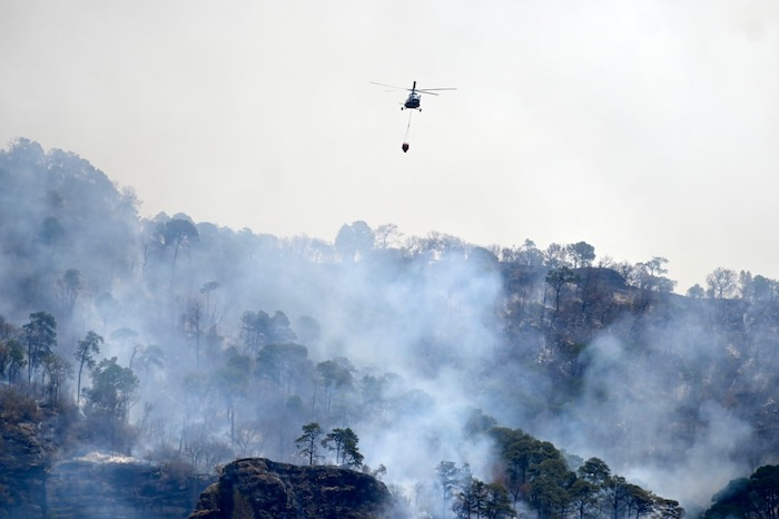 ey5tv4fwqaaja2a 1 - FOTOS: Autoridades usan helicópteros para tratar de sofocar el incendio en Tepoztlán, Morelos