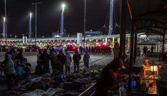 Migrantes percontan en los carriles de acceso de la garita internacional de San Ysidro