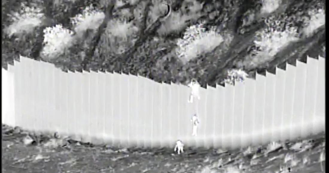 ninos migrantes - Los padres de las niñas de 3 y 5 años lanzadas desde el muro froterizo viven en EU: Cancillería de Ecuador