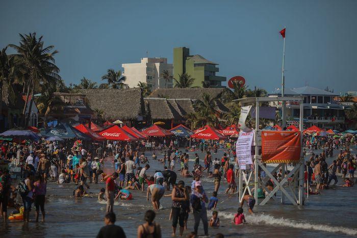 Cientos de turistas y locales acudieron a las playas veracruzanas a divertirse durante el Sábado de Gloria, pese a que las playas están catalogadas por las autoridades como zona de alto contagio, esto debido a que continúan los casos por COVID-19 en México.