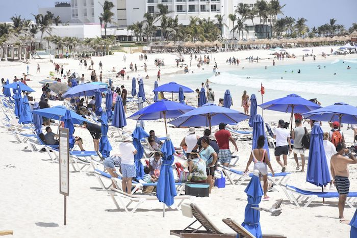Vacacionistas disfrutan de las playas de Cancún, Quintana Roo, en el periodo de Semana Santa.