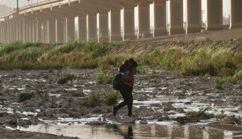 Cruce de madres migrantes en Juarez