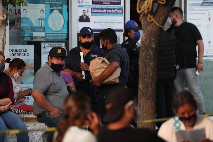 Familiares de las personas fallecidas durante el desplome de dos vagones del Metro de la Línea 12 mientras esperaban ayer la entrega de los cuerpos de las víctimas, en Ciudad de México.