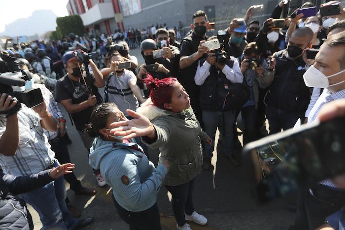 Una mujer exige información a un Diputado sobre los heridos en un accidente de Metro, cerca del lugar del siniestro, en Ciudad de México, el martes 4 de mayo de 2021.
