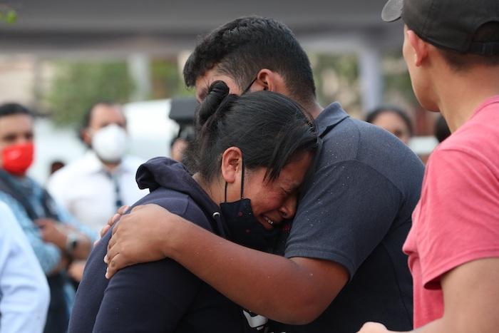 Familiares de las personas fallecidas durante el desplome de dos vagones del Metro de la Línea 12 esperaban ayer la entrega de los cuerpos de las víctimas, en Ciudad de México.