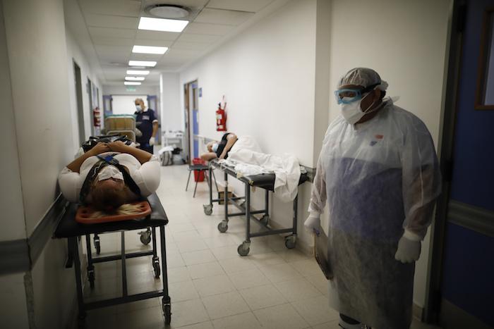 Pacientes yacen en camillas en un pasillo del hospital Dr. Norberto Raul Piacentini, en Lomas de Zamora, Argentina, el viernes 23 de abril de 2021, en medio de la pandemia de coronavirus.