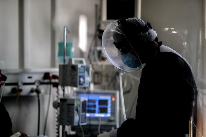 Personal médico realiza controles a sus pacientes en una Unidad de Cuidados Intensivos en un hospital de Buenos Aires, el 29 de abril de 2021.