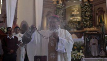 sacerdotes-ayudan-a-escapar-michoacán-violencia