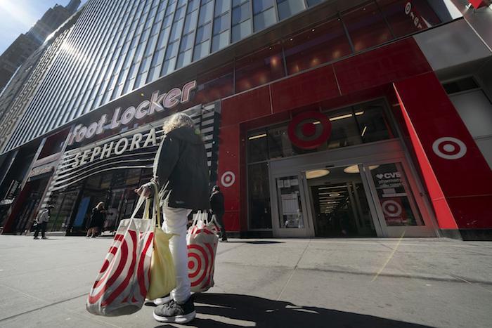 Una persona haciendo compras en Nueva York el 19 de abril del 2021.