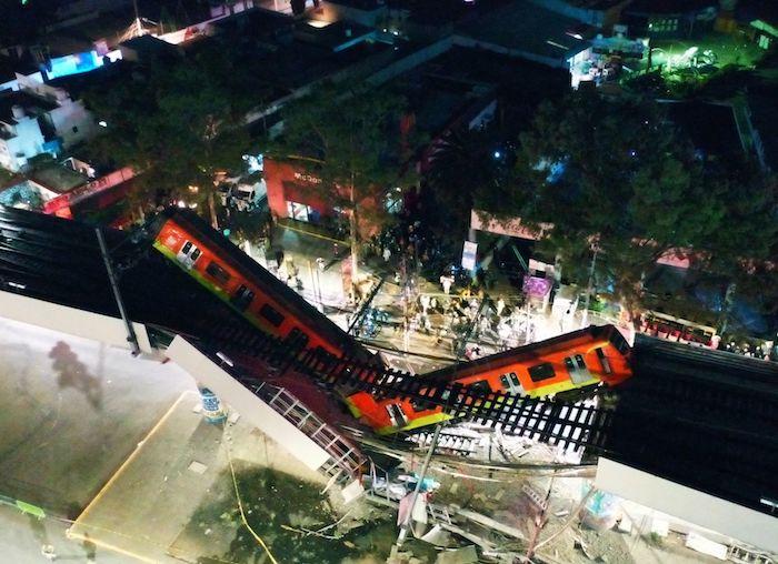 Desde las alturas se observan los dos vagones que quedaron colgados tras colapsarse una trabe de la vía elevada de la Línea 12 del Metro, a la altura de la estación Olivos.