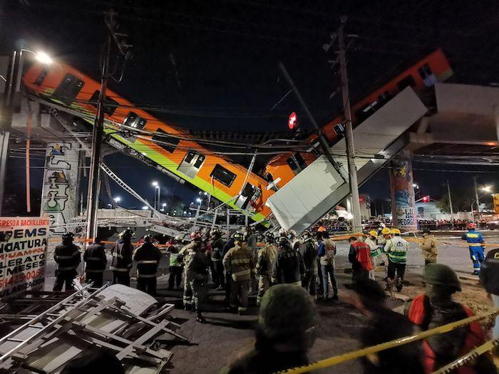 Dos vagones del Metro quedaron colgando del tramo elevado de la Línea 12, a la altura de la estación Olivos, esto luego de que una trabe se viniera abajo.