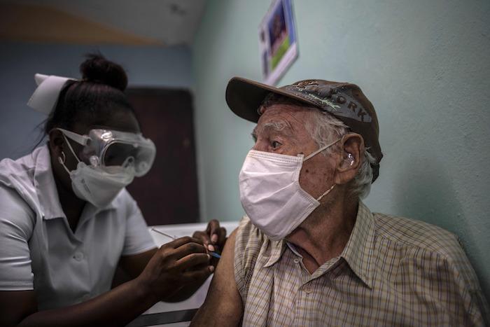 Un hombre recibe una inyección de la vacuna cubana Abdala contra la COVID-19 en un consultorio médico en Alamar, en las afueras de La Habana, Cuba, el viernes 14 de mayo de 2021.