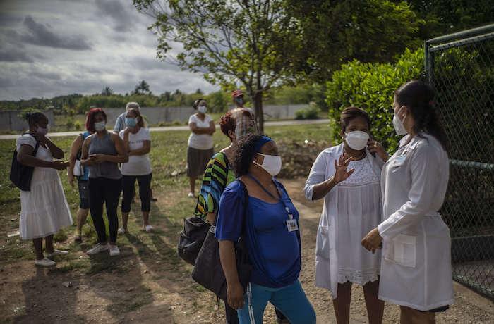 Personas esperan ser vacunadas con la vacuna cubana Abdala contra la COVID-19 afuera de un consultorio médico en Alamar, en las afueras de La Habana, Cuba, el viernes 14 de mayo de 2021.