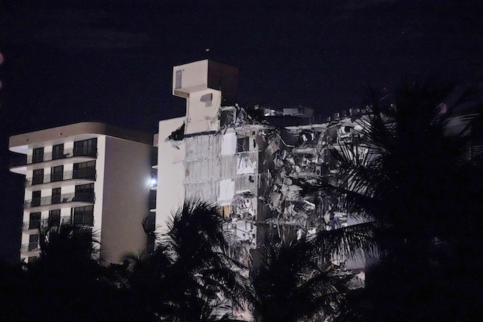 Las autoridades no habían reportado aún si había víctimas ni detallaron cuánta gente vivía en el edificio.