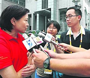 STTA president Lee Bee Wah speaks to newspaper reporters during the Beijing Olympics (Picture taken from The Straits Times)