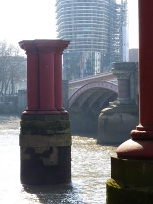Wozu stehen diese Säulen - offensichtlich schon länger - hier so zwischen zwei Brücken rum?