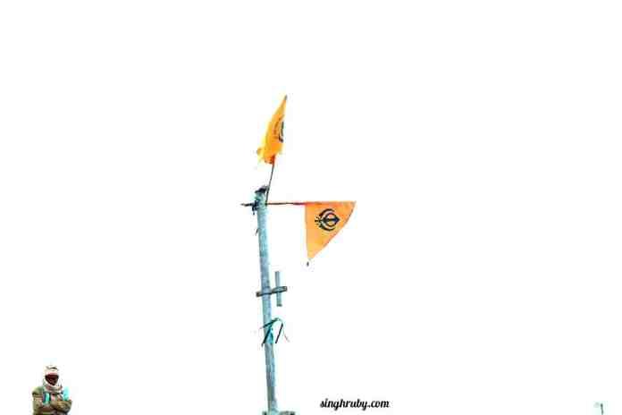 flags-at-hemkund-sahib
