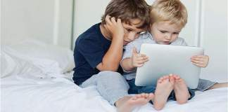 Children_playing_smart-devices