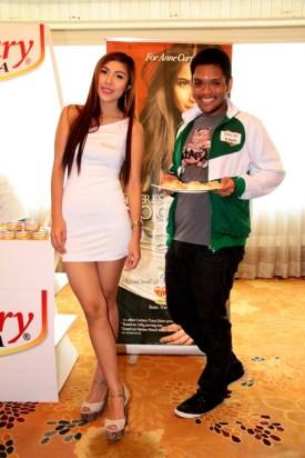 Century Tuna product sampler lady with Banjo Assidao of Ulikblogger