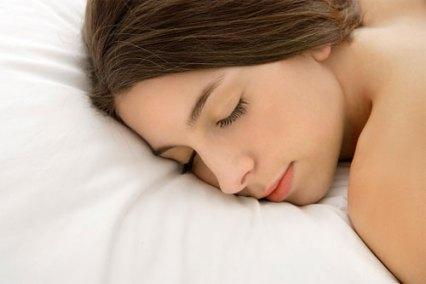 phụ nữ nằm sấp khi ngủ sẽ mất đi sư trẻ trung, tạo các nếp nhăn