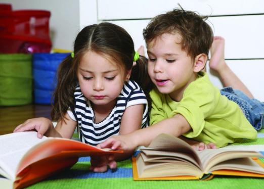 Nên khuyến khích con đọc sách
