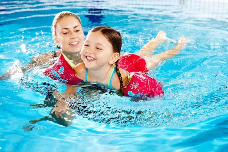trẻ bơi lội
