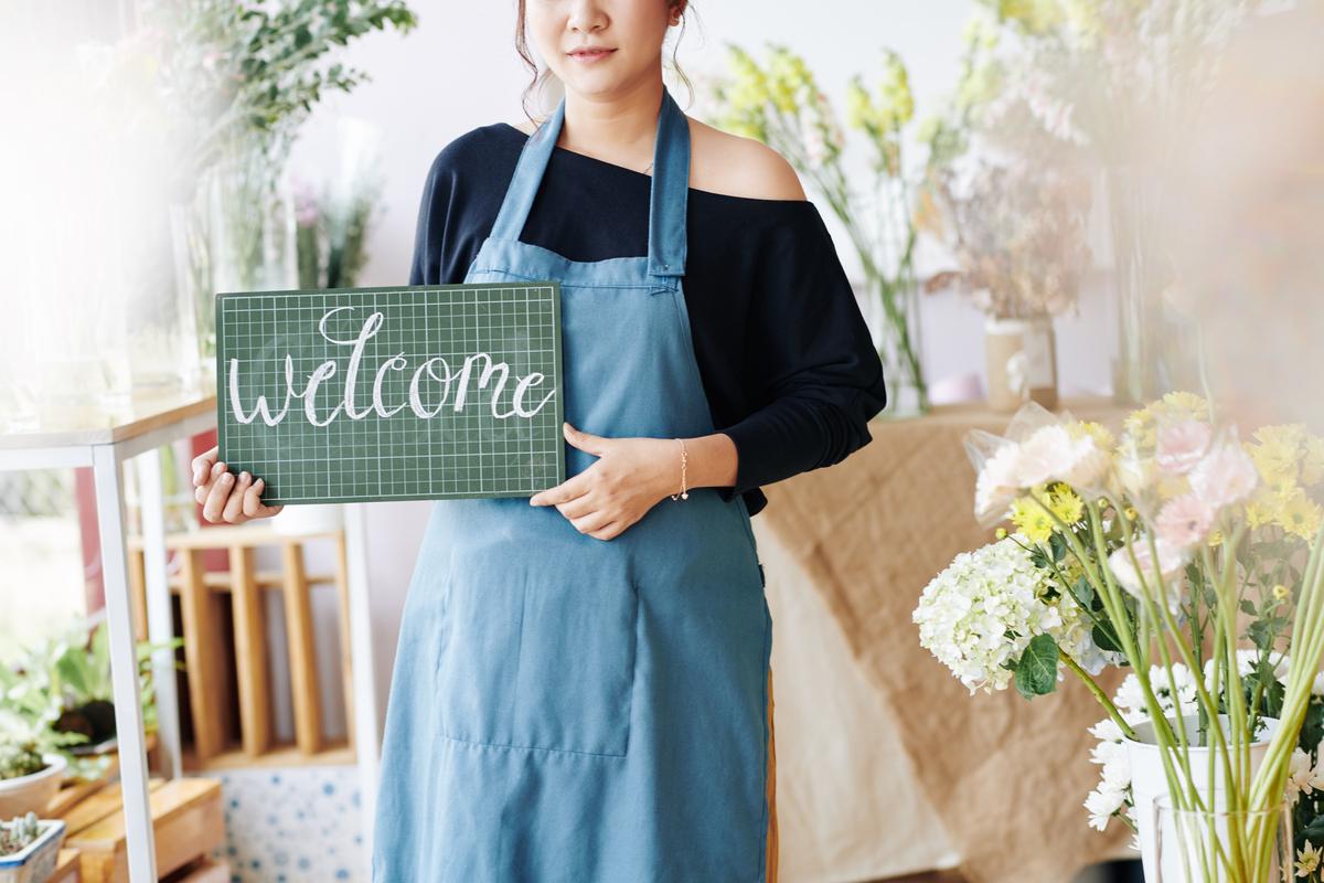 Vendedora dando boas vindas para um novo cliente