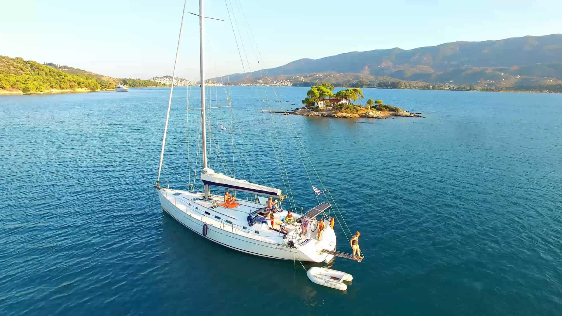 Onze boot in een baaitje bij Poros, Greece
