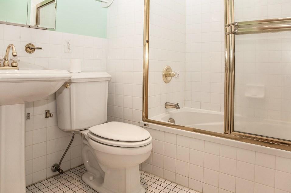 930 Hudson St 4 - bath