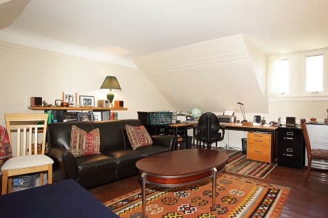 926 Castle Point Terrace - apt living room